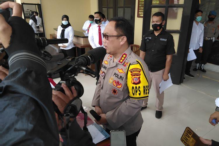 Kapolrestabes Bandung, Kombes Pol Ulung Sampurna Jaya tengah merilis penangkapan dua pelaku pengeroyokan yang menyebabkan kematian terhadap seorang remaja di Dago Bandung beberapa waktu lalu.
