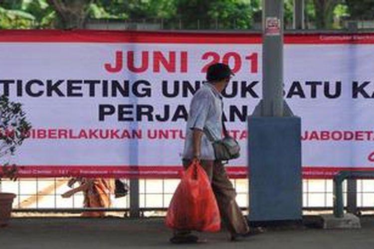 Spanduk sosialisasi rencana penerapan elektronik tiket untuk satu perjalanan kereta api commuterline Jabodetabek terpasang di Stasiun Sudimara, Tangerang Selatan, Selasa (14/5/2013). Rencananya sistem yang menggantikan tiketb kertas ini akan diberlakukan mulai Juni 2013.
