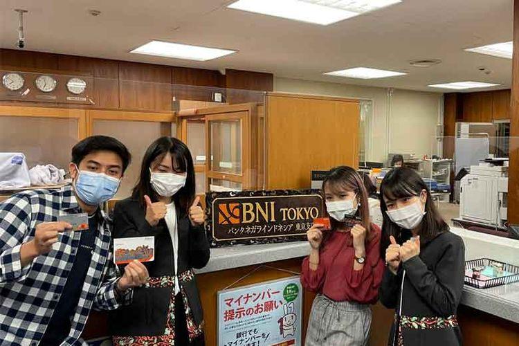 Jerome Polin bersama temannya membuka rekening BNI Taplus di BNI cabang Tokyo.