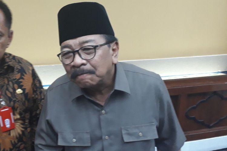 Gubernur Jatim Soekarwo (kanan)