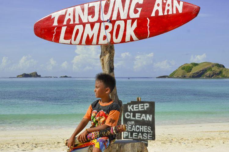 Pantai Tanjung Aan di Kawasan Ekonomi Khusus (KEK) Mandalika di Pulau Lombok, Nusa Tenggara Barat.