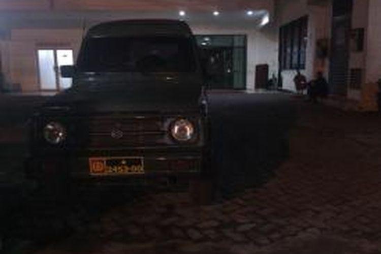 Mobil Suzuki Katana berplat nomor TNI yang terparkir di Rumah Sakit Abdi Waluyo, Jalan HOS Cokroaminoto, Menteng, Jakarta Pusat, Jumat (24/10/2014)