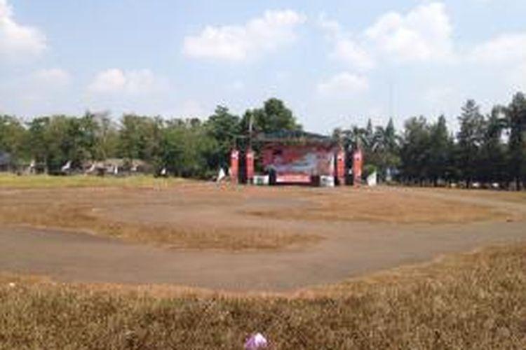 Suasana tempat deklarasi pasangan bakal calon Wali Kota dan Wakil Wali Kota Tangerang Selatan Arsid dan Elvier Ariadiannie Soedarto di Taman Kota 2, Tangerang Selatan, Selasa (28/7/2015). Jadwal deklarasi yang direncanakan pagi sampai pukul 12.20 WIB belum kunjung mulai.