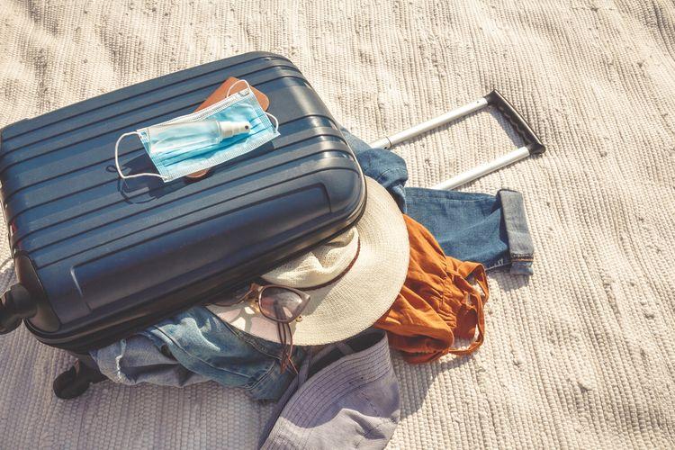 Ilustrasi barang bawaan untuk staycation di masa new normal