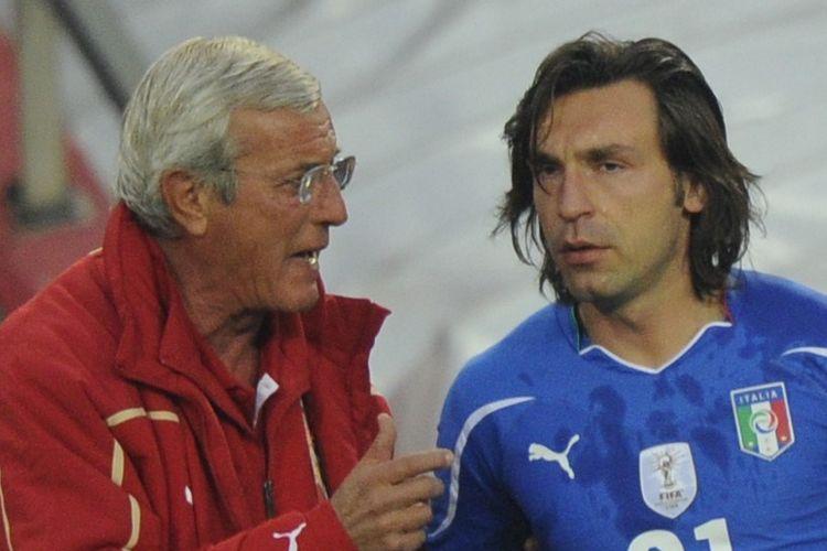 Pelatih timnas Italia Marcello Lippi berbicara dengan Andrea Pirlo pada laga Grup F Piala Dunia 2010 di Stadion Ellis Park, Jonanesburg, 24 Juni 2010.