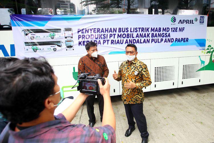 Serah terima bus listrik rendah emisi dilakukan secara simbolis dengan penyerahan kunci bus listrik unit MD 12E normal floor (NF) oleh Founder PT MAB Jenderal (Purnawirawan) Moeldoko kepada Direktur Utama (Dirut) PT Riau Andalan Pulp and Paper (RAPP) Sihol Aritonang di kantor PT MAB, Selasa (31/08/2021).