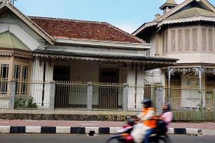 Bangunan tua milik keluarga Kapitan Tan berarsitektur Indis di Jalan Suryakencana, Bogor Tengah, Kota Bogor, yang masih berdiri, terawat, dan menunjukkan sisa keberadaan kawasan Tionghoa Bogor.