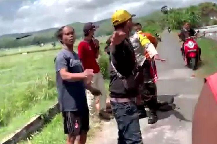 Kerumunan warga yang berhasil menangkap jambret di wilayah Kecamatan Kademangan, Kabupaten Blitar, Rabu (25/8/2021)