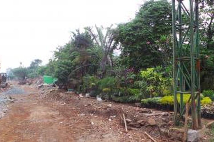 Pengerjaan pelebaran Jalan Arjuna Selatan, Jakarta Barat. Pelebaran jalan itu direncanakan selesai Desember 2013.