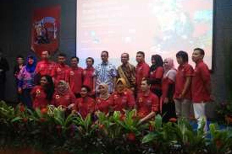 Mantan Menteri Pendidikan dan Kebudayaan, Anies Baswedan bersama komunitas baca di Final Gramedia Reading Community Competition 2016, di Perpustakaan Nasional, Jakarta.