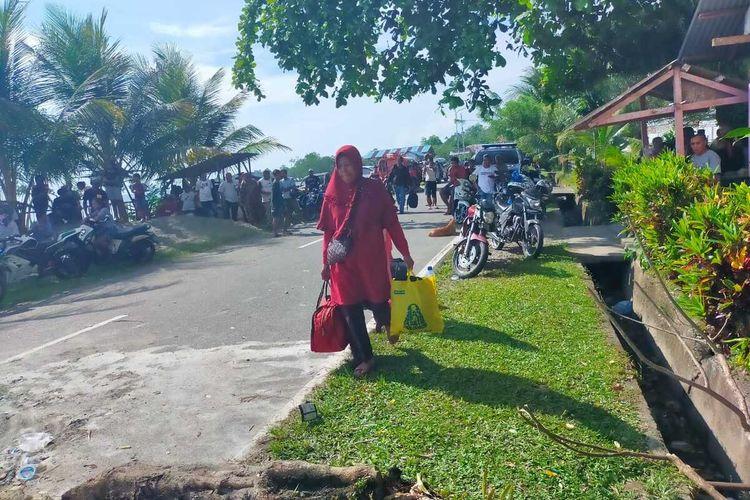Warga Desa Kamariang, Kecamatan Kairatu, Kabupaten Seram Bagian Barat, Maluku memprotes Pilkades serentak dengan cara memblokade jalan Lintas Pulau Seram yang menghubungkan tiga kabupaten di wilayah tersebut, Kamis (14/10/2021)