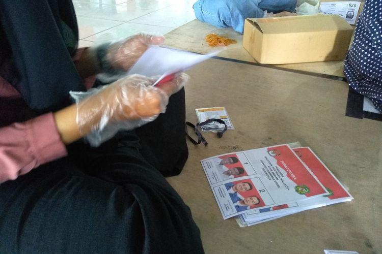 Sebanyak 125 orang petugas melakukan sortir dan lipat 1.643.175 lembar surat suara plus 2.000 lembar untuk persiapan jika terjadi pemungutan suara ulang untuk Pilkada Kota Medan pada 9 Desember mendatang di Gedung Andromeda eks Bandara Internasional Polonia Medan (Lanud Soewondo) dimulai hari ini hingga 21 November 2020.