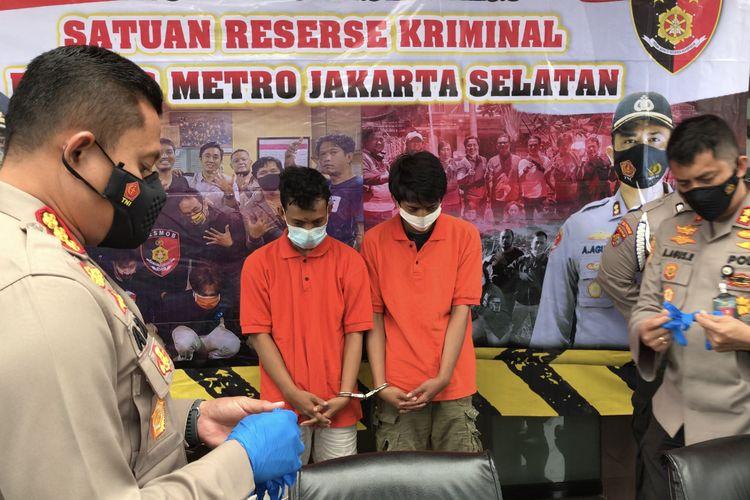 Polisi menangkap dua jambret yang merampas handphone bocah berumur 11 tahun di Jalan Bayem, Pulo, Kebayoran Baru, Jakarta Selatan.