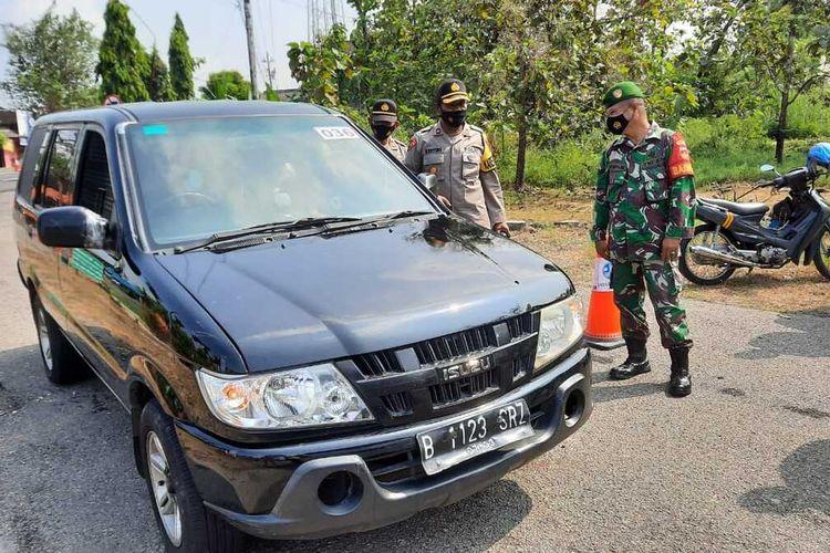 DIPERIKSA—Tim Gabungan Polri-TNI memeriksa kendaraan plat luar yang masuk Kabupaten Wonogiri di perbatasan Wonogiri-Sukoharjo di Desa Nambangan, Kecamatan Selogiri, Jumat (30/4/2021)