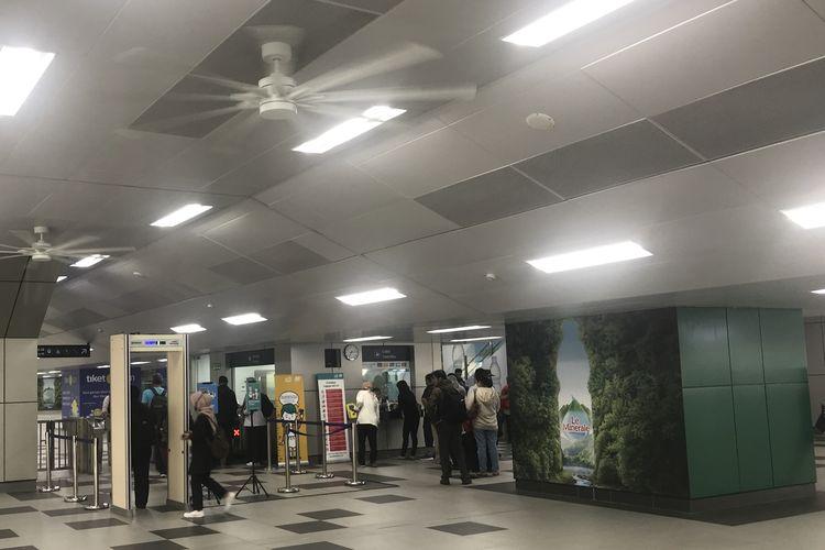 Suasana antrian Moda Raya Terpadu (MRT) di Stasiun Lebak Bulus, Senin (01/04/2019) nampak lancar. Hal itu karena dua loket tiket dibuka untuk layani penumpang.