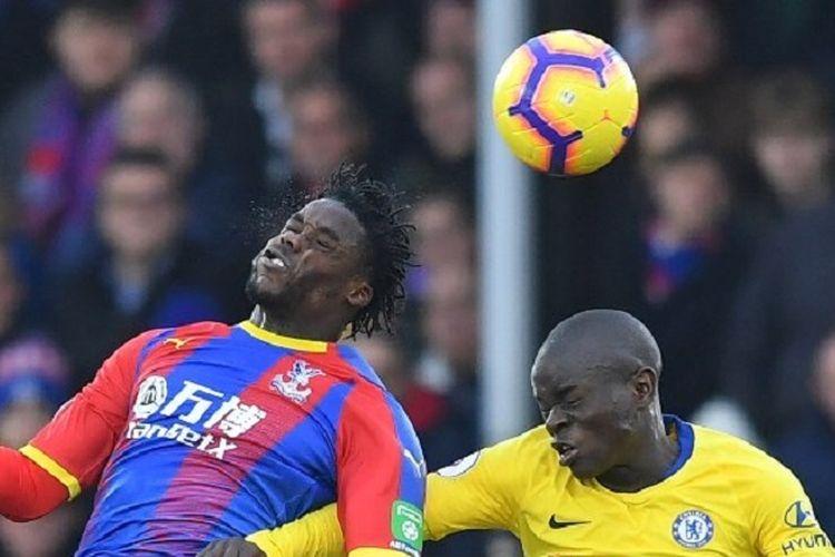 Jeffrey Schlupp dan NGolo Kante mencoba menyundul bola pada pertandingan Crystal Palace vs Chelsea di Stadion Selhurst Park dalam lanjutan Liga Inggris, 30 Desember 2018.