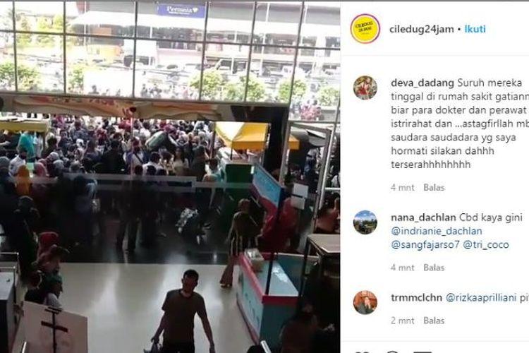 Kerumunan warga di Mall CBD Ciledug Kota Tangerang, Minggu (17/5/2020)