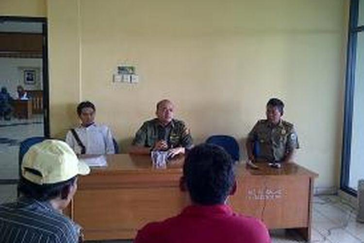 Camat Pulogadung, Teguh Hendarwan, dengan didampingi perwakilan PT Pulomas Jaya, Hamdan, menemui perwakilan warga Waduk Ria Rio, Senin (9/9/2013), di Kantor Kecamatan Pulogadung, Jakarta Timur. Warga siap direlokasi pada akhir bulan September, yaitu tanggal 30 September 2013.