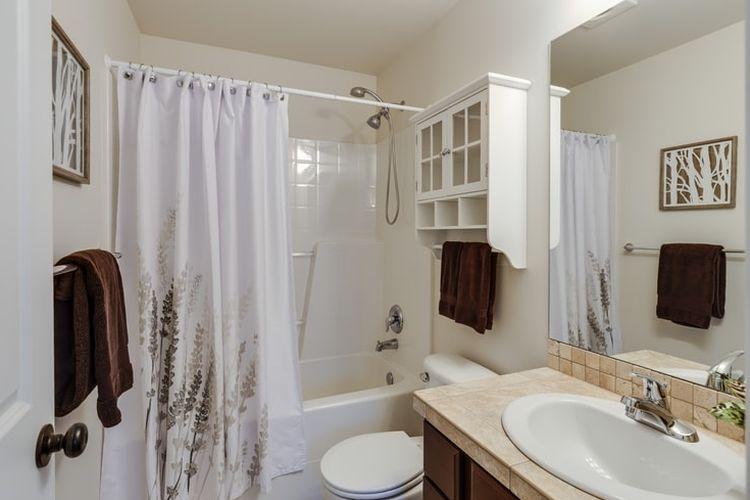 Ilustrasi kamar mandi kecil