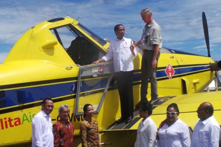 Presiden Joko Widoddo naik ke sayap pesawat Air Traktor AT-802, di Yahukimo, Papua, Selasa (18/20/2016) untuk meresmikan BBM satu harga di wilayah tersebut.