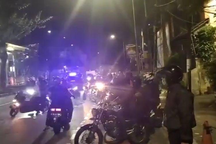 Tanngkapan layar akun instagram @infokomando puluhan anggota paspampres mendatangi Mapolres Jakarta Barat pada Rabu (7/7/2021) malam.