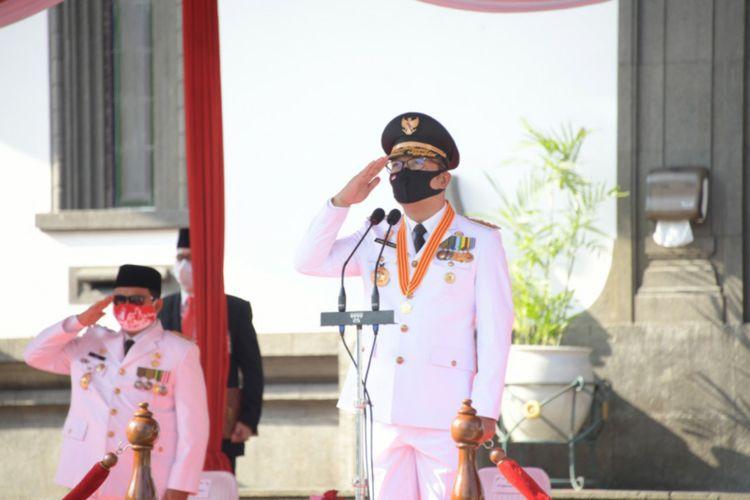 Gubernur Jawa Barat Ridwan Kamil menjadi pembina upacara dalam peringatan HUT ke-75 RI di halaman Gedung Sate, Jalan Diponegoro, Kota Bandung, Senin (17/8/2020).