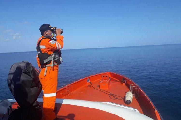 Tim SAR melakukan pencarian terhadap empat orang ABK yang hilang di sekitar perairan Talaga Pulau Siompu.