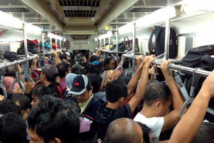 Penumpang commuterline tujuan stasiun serpong berdesakan di dalam kereta, Rabu (20/3/2013). Penuhnya penumpang tersebut imbas gangguan sinyal di stasiun sudimara, bintaro.