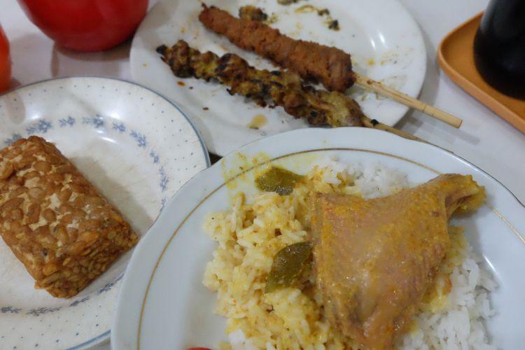Sate komoh dan ayam lodho yang dijual di Warung Lama Haji Ridwan.