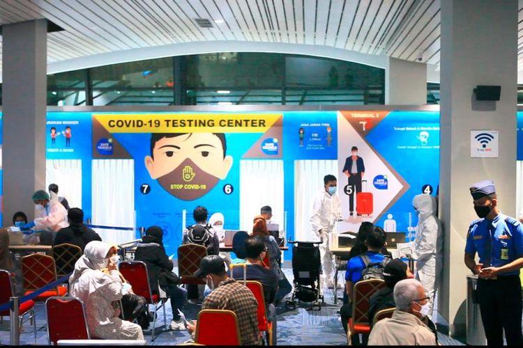 Suasana di area tes PCR di Bandara Soekarno-Hatta untuk penumpangd dari penerbangan internasional, Minggu (19/9/2021) malam.