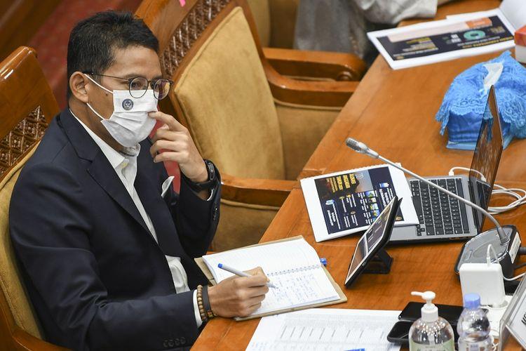Menteri Pariwisata dan Ekonomi Kreatif Sandiaga Salahudin Uno mengikuti rapat kerja dengan Komisi X DPR di Kompleks Parlemen, Senayan, Jakarta, Kamis (25/3/2021). Rapat tersebut membahas dampak pemotongan anggaran APBN TA 2021, sebesar Rp300 miliar sesuai Raker pada 26 Januari 2021 serta membahas isu-isu strategis pariwisata dan ekraf seperti hibah pariwisata, perkembangan peraturan turunan UU Ekraf, konsep destinasi wisata terintegrasi dengan destinasi prioritas dan super prioritas. ANTARA FOTO/Galih Pradipta/foc.
