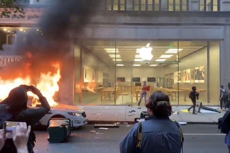Penjarahan Apple Store saat demonstrasi di AS 31 Mei 2020.