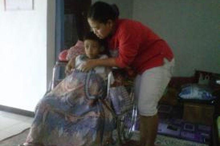 Dimas Bekti Pratama (9) penderita tumor ganas bersama ibunya Praptini (33) warga Kaligawe, kelurahan Susukan, Ungaran Timur.