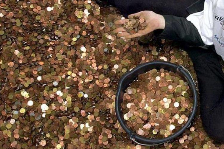 Petugas bank sentral Jerman menyelesaikan penghitungan nilai dari 2,5 ton uang logam selama enam bulan. (Deutsche Welle)