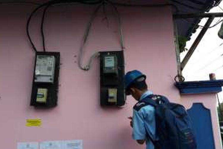 Petugas PLN Bandengan mendata aliran listrik di kawasan Kalijodo, Tambora, Jakarta Barat.