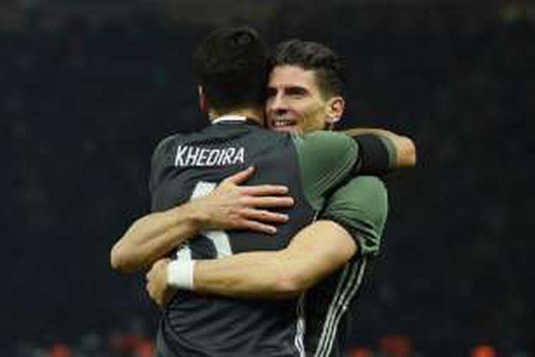Mario Gomez mendapatkan selamat dari Sami Khedira usai mencetak gol kedua Jerman ke gawang Inggris di Olympiastadion, Sabtu (26/3/2016).