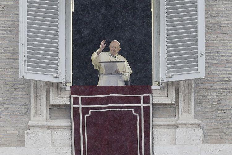 Paus Fransiskus menyampaikan berkatnya setelah mendaraskan Doa Angelus siang hari dari jendela studionya yang menghadap ke Lapangan Santo Petrus di Vatican City, 27 September 2020.