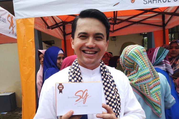 Artis peran Sahrul Gunawan dalam acara peresmian toko Roti Durian miliknya disebuah tempat.