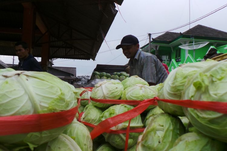 Aktivitas di Pasar Jetis Bandungan, Kabupaten Semarang, Selasa (17/5/2016). Segala macam sayur serta buah-buahan dari daerah pertanian di Bandungan dan daerah sekitarnya dijual di pasar ini.
