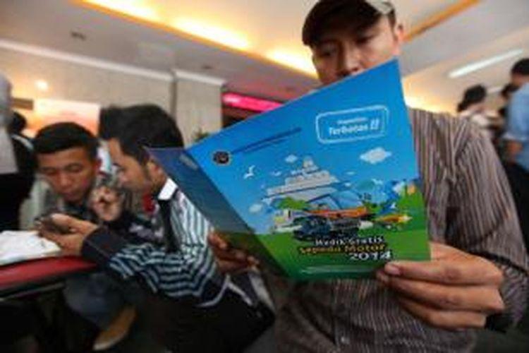 Calon pemudik henak mendaftar mudik gratis di Kementerian Perhubungan, Jakarta Pusat, Selasa (1/7/2014). Kementerian Perhubungan membuka pendaftaran mudik gratis bagi pengendara motor hingga 16 Juli mendatang. Program tersebut digelar untuk menekan jumlah pemudik sepeda motor yang rawan kecelakaan.