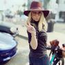 Jessica Simpson Bergaya Pakai Sepeda Pinjaman, Curi Perhatian Netizen