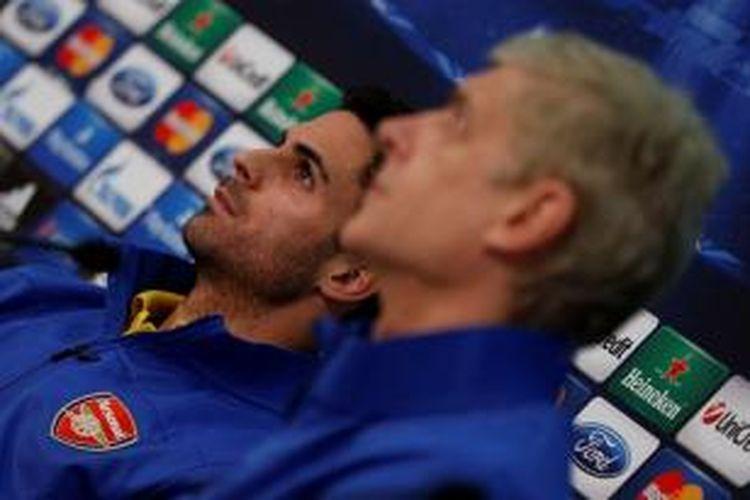 Gelandang Arsenal, Mikel Arteta (kiri), dan manajer Arsene Wenger.