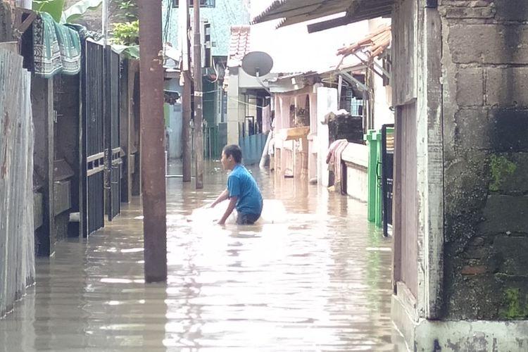 Seorang anak kecil bermain di tengah banjir yang melanda kawasan permukiman Cawang Jakarta Timur, Sabtu (2/8/2020)