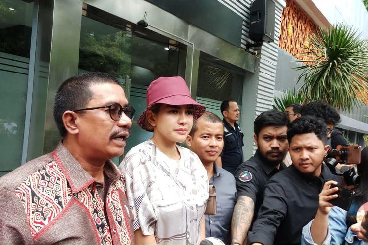 Artis peran Nikita Mirzani dan kuasa hukumnya Fahmi Bachmid saat ditemani di Direktorat Kriminal Khusus, Polda Metro Jaya, Jakarta Selatan, Senin (25/11/2019).