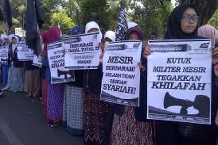 Ratusan Mahasiswa Malang, Jawa Timur yang tergabung dalam Hizbut Tahrir Indonesia Malang, menggelar aksi solidaritas mengecam pembantaian terhadap rakyat Mesir oleh Militer Mesir. Rabu (21/8/2013).