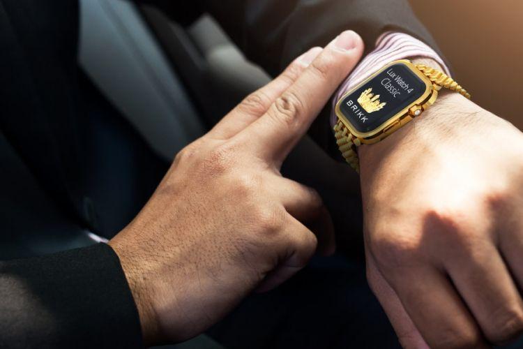Apple Watch 4 dimodifikasi berlapis emas dan bertahtakan berlian.