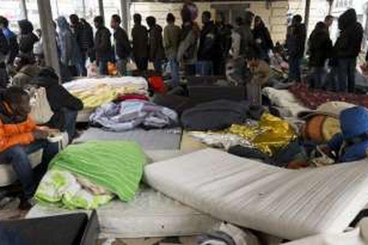 Lebih dari 1.300 migran di stasiun metro Stalingrad, Paris, Perancis dievakuasi pada Senin (2/5/2016).