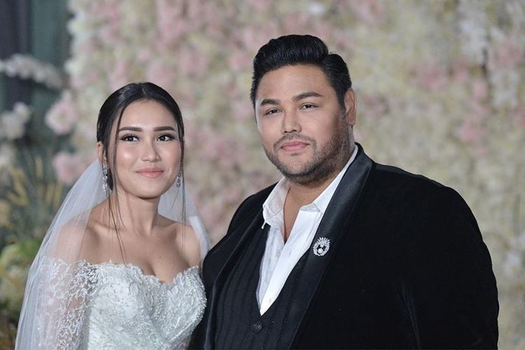 Ivan Gunawan dan Ayu Ting Ting mengenakan busana pengantin dalam video musik Mau Kawin.