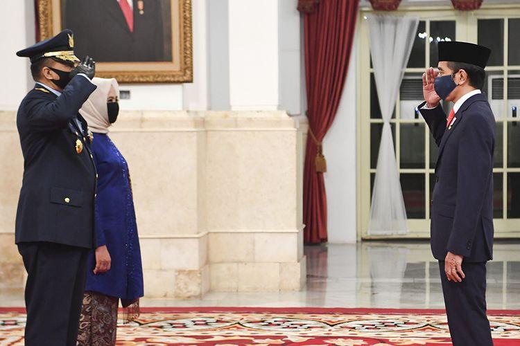 Presiden Joko Widodo (kanan) memberikan ucapan kepada Kepala Staf Angkatan Udara (KSAU) Marsekal TNI Fadjar Prasetyo (kiri) seusai dilantik di Istana Negara, Jakarta, Rabu (20/05/2020). Presiden Joko Widodo secara resmi melantik Laksamana TNI Yudo Margono sebagai KSAL dan Marsekal TNI Fadjar Prasetyo sebagai KSAU.