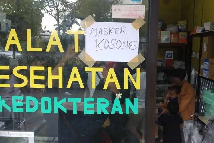 Papan informasi masker kosong terpasang di toko alat kesehatan di Solo, Jawa Tengah, Senin (2/3/2020). Ketersediaan masker mulai langka sejak merebaknya virus corona.